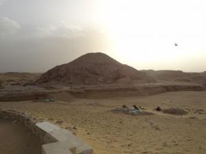 Restos da pirâmide de Unas, onde foram encontrados os primeiros textos religiosos - Acervo pessoal.