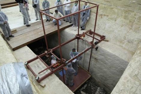 Armados com máscaras e vestidos de macacão, os arqueólogos egípcios e japoneses decidiram nessa segunda-feira entrar na funda cavidade que abriga o segundo barco solar […]