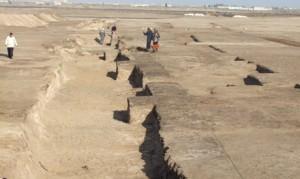 Restos de Edifícios administrativos - Acessado em 17 de março de 2013 em http://english.ahram.org.eg/NewsContent/9/40/66979/Heritage/Ancient-Egypt/Hyksos-buildings-are-the-latest-ancient-discovery-.aspx