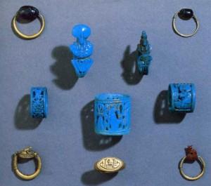 Exemplos de anéis-amuletos para os dedos das mãos. Museu Britânico, Londres. Fonte: ANDREWS, C. Amulets of ancient Egypt. Londres: British Museum Press, 1994, imagem 45.