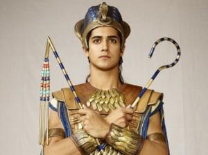 O jovem Tut carregando o mangual e o flagelo, símbolos do poder real.