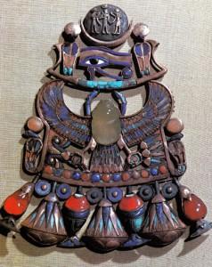 Besouro vítreo de origem celeste no peitoral do rei Tut.