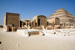 Complexo funerário de Djoser, com a Pirâmide de Degraus ao fundo.