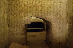 Gravações na pirâmide do faraó Unas, em Sacara, o mais antigo Texto das Pirâmides conhecido.